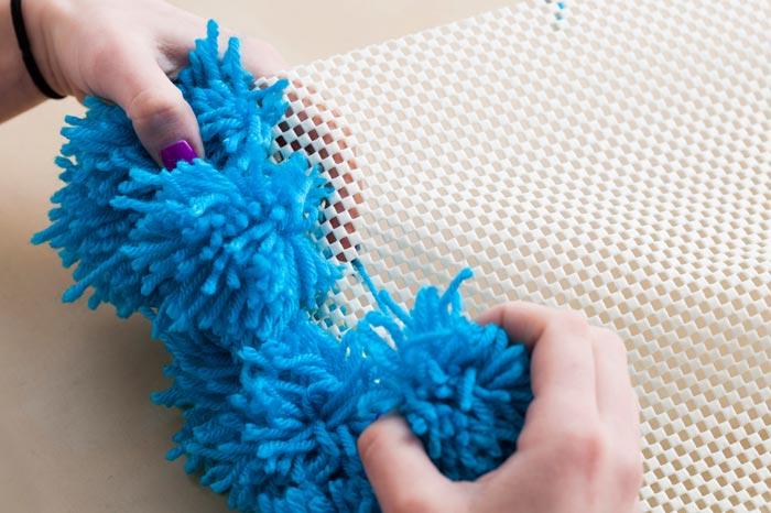 Создание коврика из помпонов