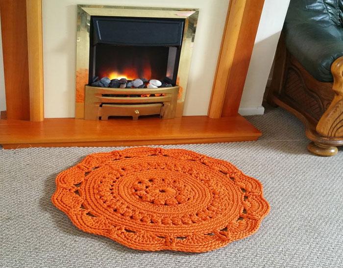 Ажурный вязаный коврик
