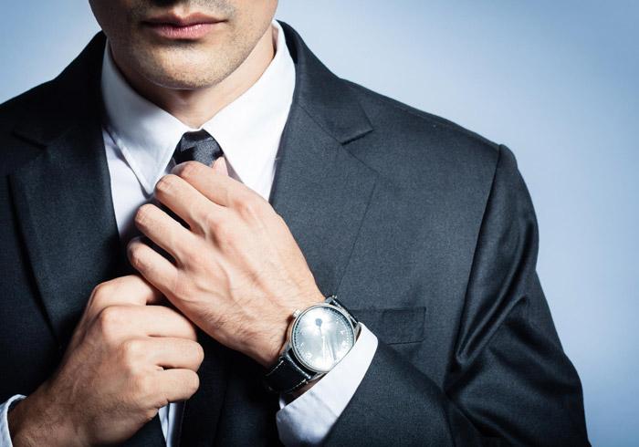 Если мужчина надевает часы, желательно отказаться от других украшений