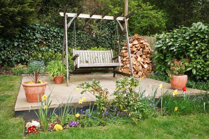 Качели удачно впишутся в зону отдыха в саду