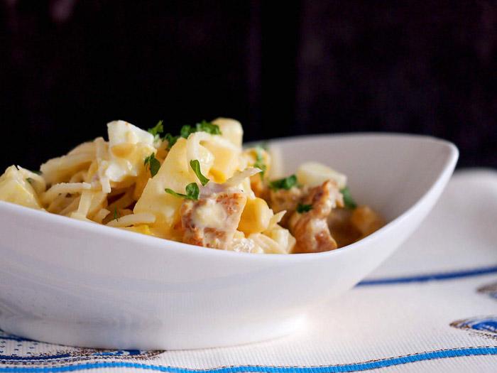 В салат можно добавить сыр и чеснок