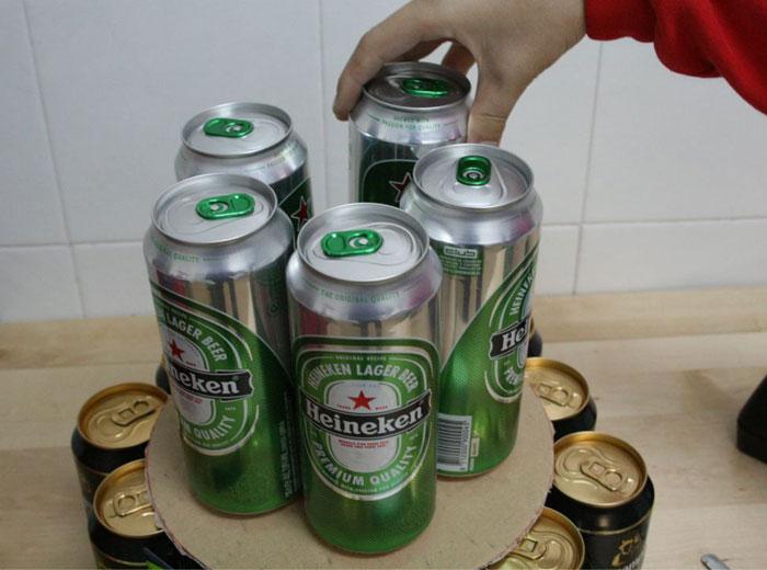 """Сооружение """"торта"""" из баночного пива"""