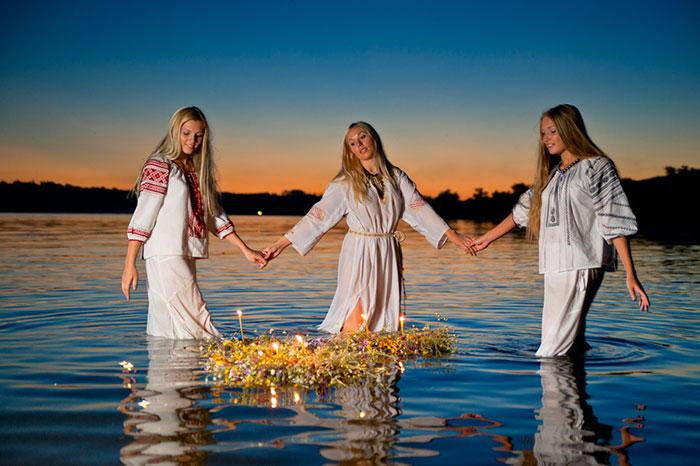 На праздник Ивана Купалы плетут венки и отпускают их в воду