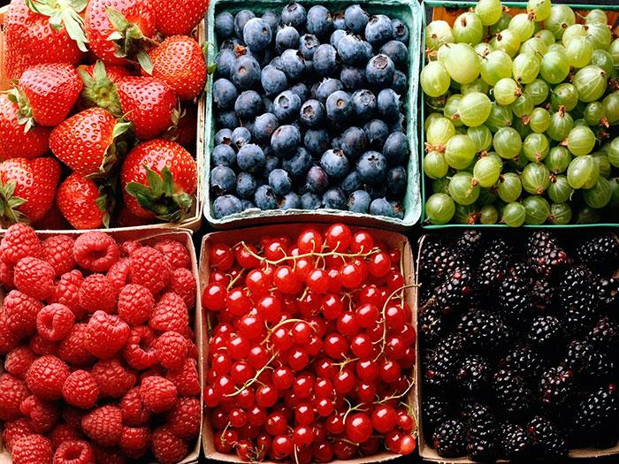 Кормящим мамам рекомендуется есть только сезонные ягоды