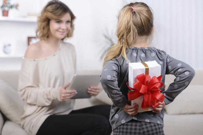 Подарок будет приятнее, если будет соответствовать интересам мамы
