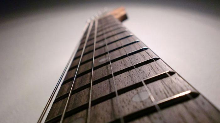 Перед покупкой поиграйте на инструменте - гитара должна быть удобна для вас