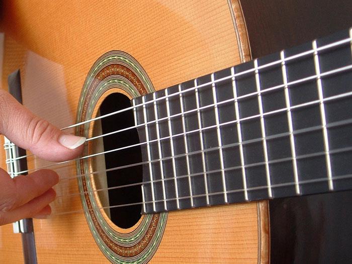 Большей популярностью сейчас пользуется шестиструнная гитара