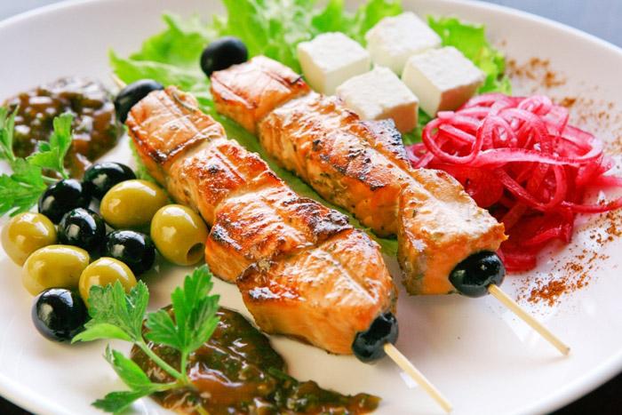 Вместе с рыбой на мангале можно приготовить овощи
