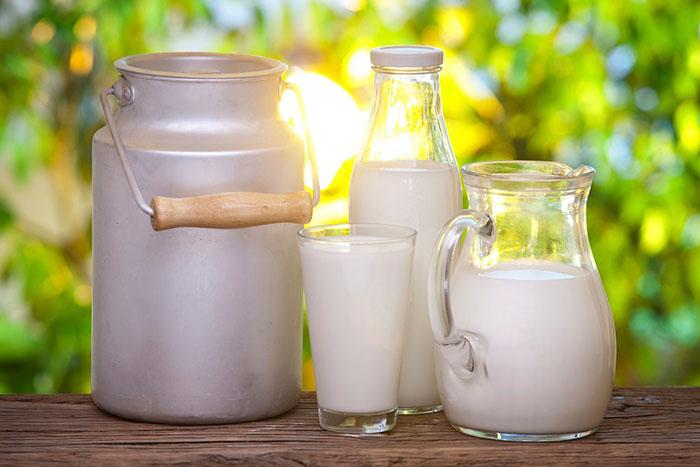 Цельное молоко - самое натуральное из представленных в магазинах