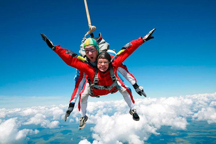 Как правило, прыгать с парашютом разрешается с 18 лет