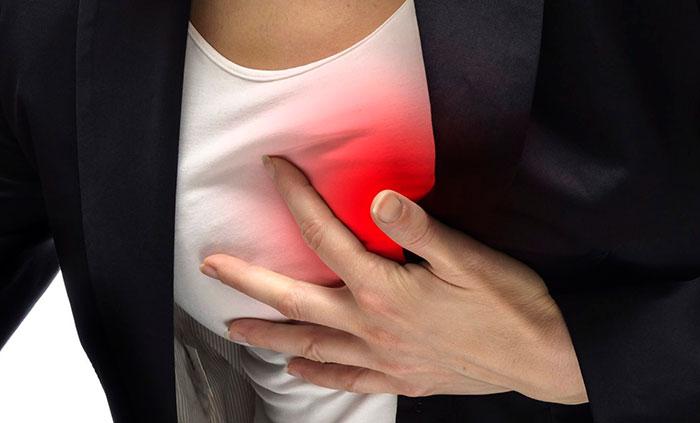 Если беспокоят боли в груди ( не обязательно слева), необходимо обратиться к врачу