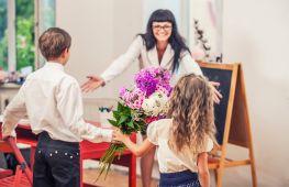 Сюрприз педагогу. Что подарить учителю в день рождения, профессиональный праздник и на выпускной