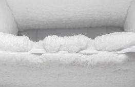 Почему в холодильнике намерзает лед: вероятные причины и способы их решения