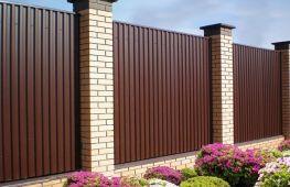 Как сделать забор из профнастила своими руками: поэтапная инструкция и полезные рекомендации