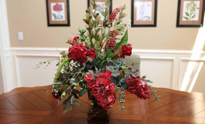 Искусственные цветы могут украсить интерьер в любом стиле